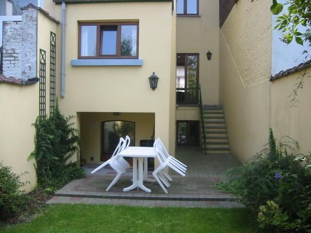 Appartement à louer à Etterbeek - 3 chambres - 130m² - 1 300 € - Logic-immo.be - Entre Mérode et Schuman, un appartement meublé situé en rez-de chaussée et 1er étage de 130 m2- rénové dans une maison bruxelloise de 1900  - 3 chambres- spacieux living - cuisine super équipée -salle...