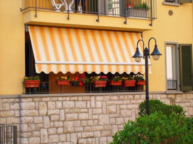 Balcone con tenda a braccio estensibile - tende da sole #awnings