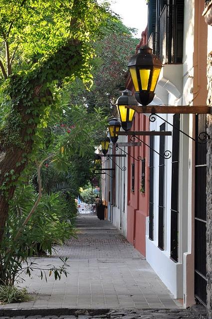 Colonia del Sacramento, departamento de Colonia, Uruguay. Su casco antiguo, el barrio histórico, fue declarado Patrimonio de la Humanidad en 1995 al ilustrar la fusión exitosa de los estilos portugués, español y post-colonial.