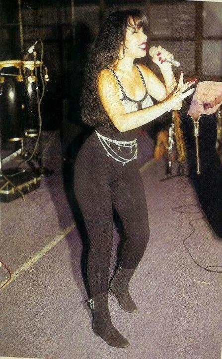 Mira al cuerpo de Selena!!