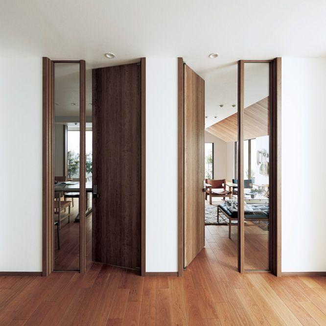 天井までのハイドアで空間に圧倒的な開放感を 室内ドア リビング