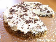 """""""Daddelkake med krem"""" er en av mine yndlingskaker! Kaken er utrolig myk og saftig og inneholder nesten ikke noe mel. Kakebunnen har lekker smak av dadler og valnøtter og smaker faktisk kjempenydelig som den er (du får da også en kake som inneholder nokså lite fett). Dekker du den imidlertid med søt, pisket krem og revet sjokolade på toppen, blir smaken PERFEKT!"""