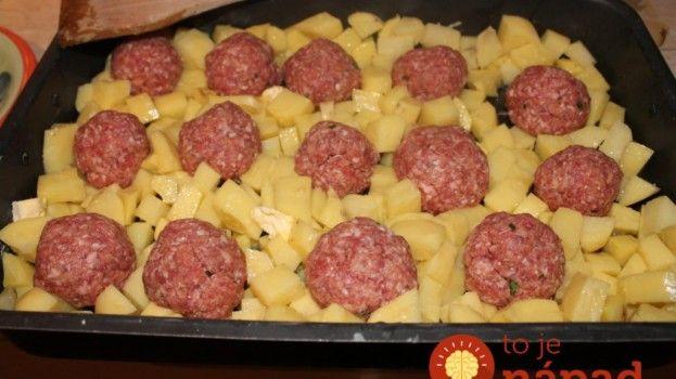 Mäsové bomby s zemiakmi a syrom na jednom plechu: Lacné, rýchle a bez kopy špinavého riadu!