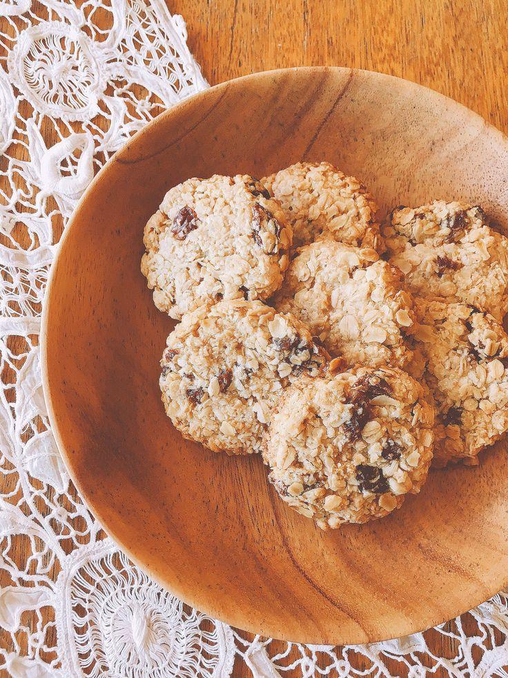 オートミールレーズンクッキー 卵、乳製品、小麦粉なしの体に優しい クッキー。甘さはハチミツとレーズンのみ。16.11.28少しレシピ変更しました。 材料 (直径5cm×14個) オートミール 100g グルテンフリーフラワーor米粉 30g ココナッツファイン(省略可) 10g 塩 2つまみ ▲ お好きなオイル 60g ▲ ハチミツ 35g ▲ 豆乳 15g レーズン 35g お好みでシナモンパウダー 適量 作り方 1 ボールにオイル、豆乳、ハチミツを入れ、泡立て器でオイルが乳化するまでグルグル混ぜる。 2 1のボールに残りの材料を投入し、ヘラでざっくりと混ぜる。 *コツ参照してください 3 天板にスプーンで生地をおおまかに取って並べる。 (この時点で生地はパラパラでまとまっていませんが大丈夫) 4 生地をサランラップで覆って成形。 なんとなく円形にしつつ、上と横からギュっとしっかり抑えて形を整える。 5 160度に予熱したオーブンで18分〜焼いて完成。崩れやすいので、そのまま天板で冷ます。 *コツ参照してください コツ・ポイント…