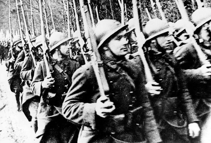 Marc Bloch. Ce texte, écrit à chaud dans l'été 1940, est une analyse implacable de la défaite française. Marc Bloch qui, bien que déjà âgé, s'était volontairement engagé dans les combats de la bataille de France, a vécu la débâcle française.