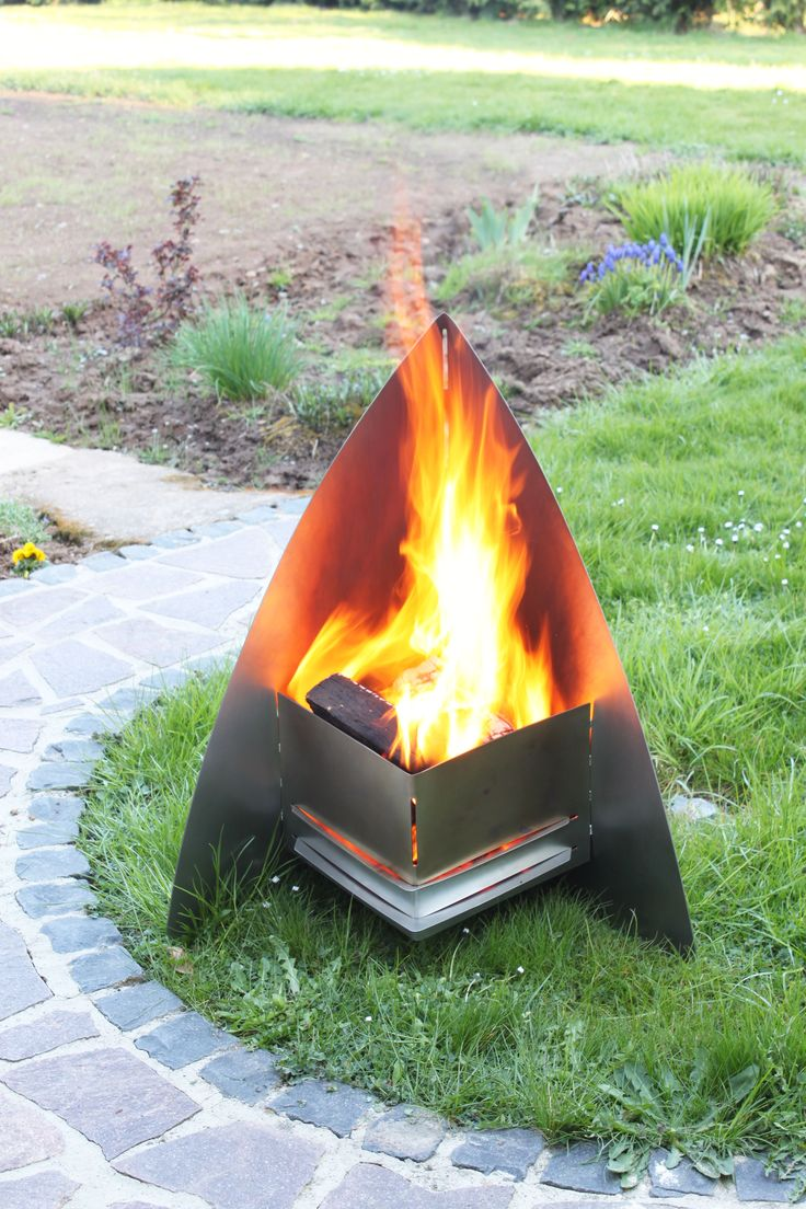 """Design Edelstahl Feuerkorb Feuerschale """"FireSpace"""" - Die Feuerstelle reflektiert durch dach rückseitige Blech Wärme und Licht in Richtung Ihrer Gäste und schützt die Flamme vor Windstößen. Durch die dreieckige Form verfügt der Feuerkorb über einen guten Stand. Im Boden der Feuerstelle ist ein Rost eingebracht, auf dem sehr einfach das Holz entzündet werden kann. Die Luftzufuhr ist einstellbar."""