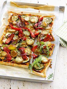 Zucchini-Paprika-Pizza mit Kartoffeln |  http://eatsmarter.de/rezepte/zucchini-paprika-pizza-mit-kartoffeln