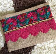 Gri Gül İşlemeli Çanta Gül işlemeli etnik çanta el yapımı özel tasarımdır. Çanta gri jüt kumaşı, etnik el.... 326307
