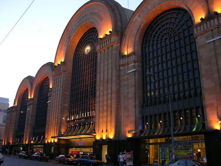 Shopping Abasto. Este shopping, que fica na Av. Corrientes 3242, foi construído na estrutura de um antigo mercado. Possui cinema, muitas lojas de marca e o Museo de los Niños. Vale a pena a visita! A maneira mais fácil de chegar é descendo na estação Carlos Gardel do metrô, linha B, que tem uma saída direta ao shopping.