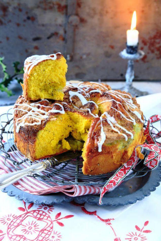 Till jul känns det rätt att blanda saffran i degen och fylla butterkakan med kardemummasmör och mandelkräm.