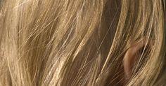 Cómo hacer un aclarante casero para el cabello. Aunque ninguna receta casera va a aclarar un cabello de negro azabache a rubio platino, algunos ingredientes pueden dar a tu pelo reflejos de un color más suave y claro. Estos ingredientes son fáciles de utilizar y pueden estar en tu casa.
