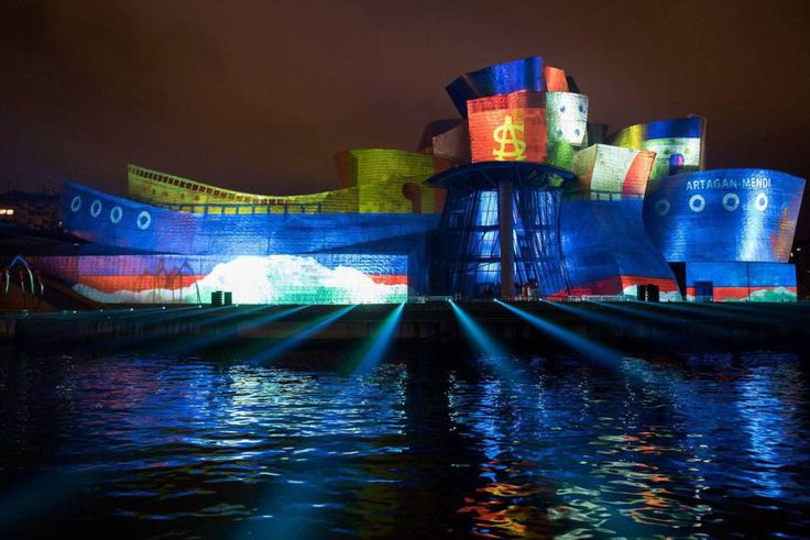 El 19 de octubre de 1997 abrió sus puertas, junto a la Ría, el Museo Guggenheim Bilbao (guggenheim-bilbao.eus). Casi dos décadas después, el espectáculo de luz y sonido 'Reflections' (en la foto), del grupo británico 59 productions (59productions.co.uk), proyectado sobre la fachada del museo durante los cuatro días del pasado puente del Pilar, ha puesto el colofón a los actos conmemorativos del 20 aniversario de su apertura.