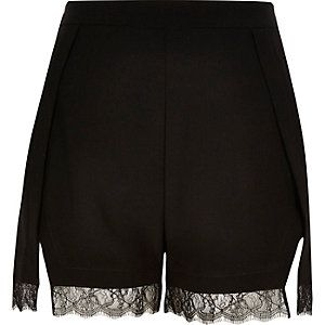 Short habillé noir bordé de dentelle