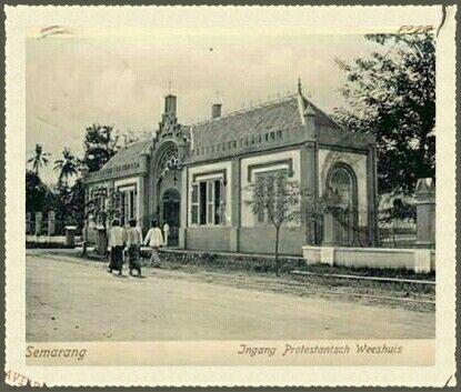 Ingang Protestantse Weeshuis Semarang 1900.