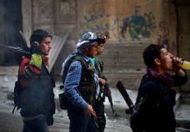 21-Apr-2013 7:52 - MILJOENEN VS VOOR REBELLEN SYRIË. De VS trekt nog eens 123 miljoen dollar uit voor hulp aan de opstandelingen in Syrië. Daarmee wordt het Amerikaanse hulpbedrag voor de rebellen verdubbeld, zei minister Kerry van Buitenlandse Zaken op een bijeenkomst van de Vrienden van Syrië in Istanbul. Het geld wordt besteed aan wat Kerry niet-dodelijke hulp noemt. Het kan onder meer gaan om pantservoertuigen, nachtkijkers en geavanceerde communicatie-apparatuur. Op de...