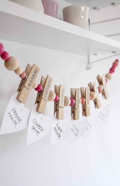 guirlande de pinces et perles en bois : jolie idée pour photos ou affichages des cartes de félicitations