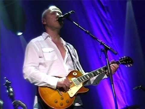 "Mark Knopfler & Emmylou Harris ""I dug up the diamond"" 2006 Brussels - YouTube"
