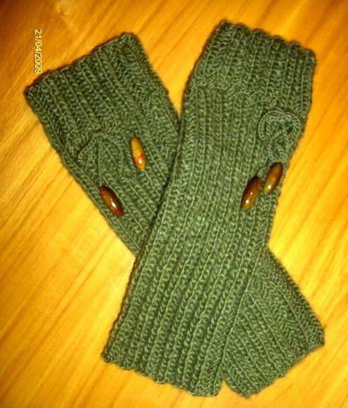 Polaina em tricot com lã de espessura média e acabamento em cordao e contas de acrilico.