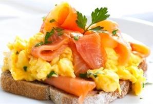 Kanapki z jajecznicą i łososiem/ Sandwiches with scrambled eggs and salmon, www.winiary.pl