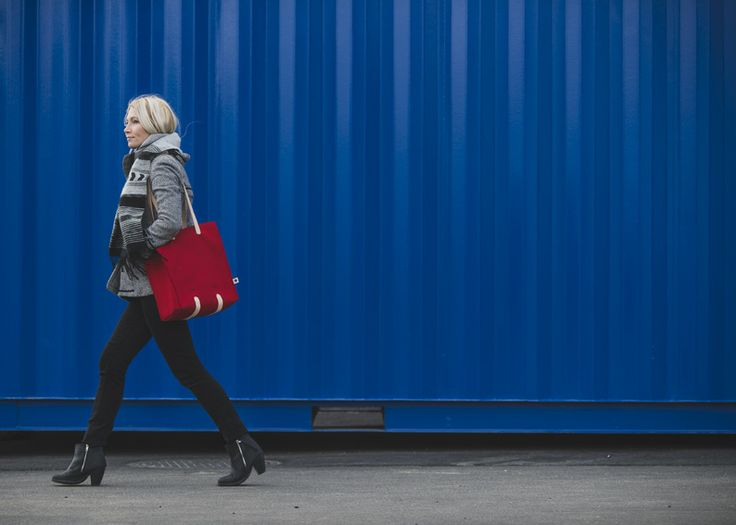 Jonas Hakaniemi for Lahtiset, bag JHFL 04-04, http://www.lahtiset.fi/fi/jhfl/jonas-hakaniemi-for-lahtiset.html #jonashakaniemi #lahtiset #felt #leather #bag #red #blue