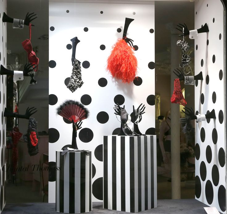 36 best vitrines boutique chantal thomass images on pinterest vitrines de magasin vitrines en. Black Bedroom Furniture Sets. Home Design Ideas