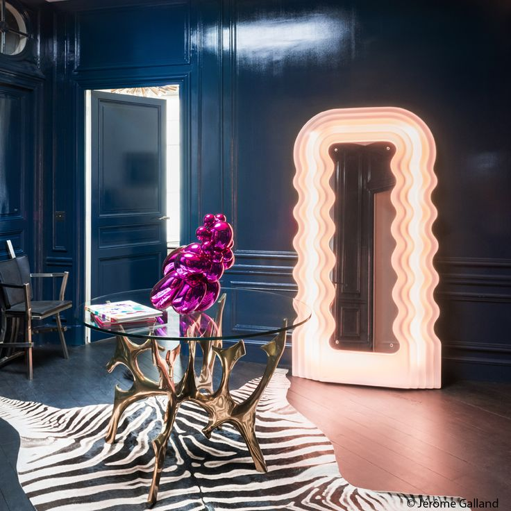 Striking and Dramatic entrance with a Room painted in Glossy Marine Dark Blue with wood paneling, LED light, Zebra print rug. Une entrée XXL