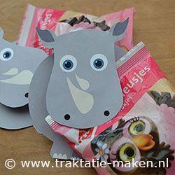 Traktatie Neushoorn. Nodig: Werkblad, wasknijper, lijm, schaar. Traktatie zakje. Werkwijze: Print het werkblad en knip de onderdelen uit. Vouw de stippellijnen, besmeer de binnenkant in met lijm en plak deze op elkaar. Plak een wasknijper tussen de kop en lijf. Klem de traktatie in de wasknijper. http://www.traktatie-maken.nl/traktatie-maken-img/werktekening/neushoorn.pdf