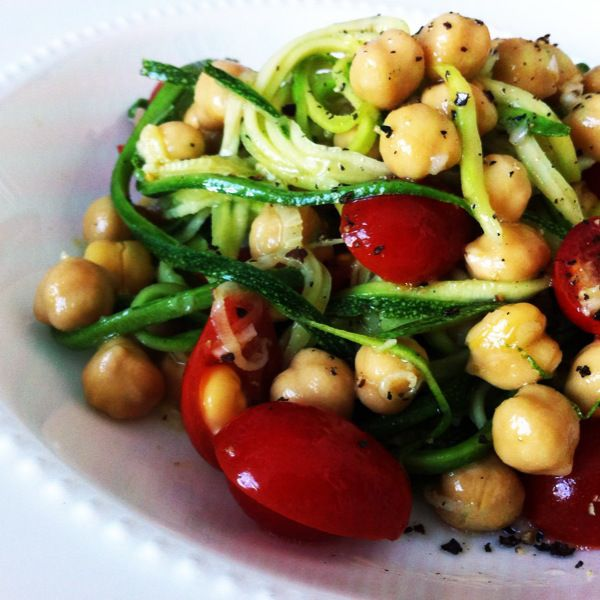Garlicky Zucchini Noodles with Chickpeas and Tomatoes – A Perfect Raw Vegan Lunch | Cooking Con Sal