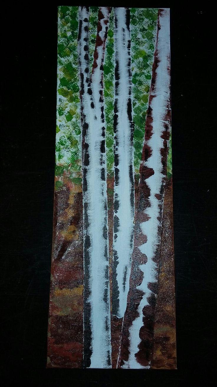 Birketræ  Bladene er prikket med små stykker af køkkensvampe  Jorden er fingermaling  Birketræernes stammer er først dækket med malertape, derefter tapen fjernet og stammerne er malet med afrevet stykker af postkort