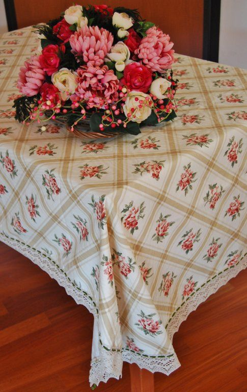 TOVAGLIA ROSA ANTICO - PatriziaB.com  Tovaglia a riquadri rosa antico realizzata in tessuto misto cotone, impreziosita da un fine bordo di merletto tombolo e cordoncino in seta