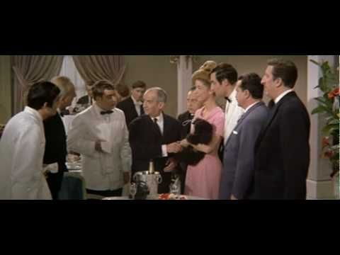 Pan Septime (Louis de Funès) prowadzi ekskluzywną restaurację na Polach Elizejskich. W jego lokalu można zjeść najbardziej wyszukane potrawy i być pewnym nieskazitelnej obsługi. Do dyspozycji gości jest dwóch kierowników sal, sześciu kelnerów, znakomicie wyszkolonych i gotowych na każde skinienie szefa. U Septime'a bywają baronowie, książęta, ministrowie, sekretarze stanu. Nic więc dziwnego, że bawiący z …