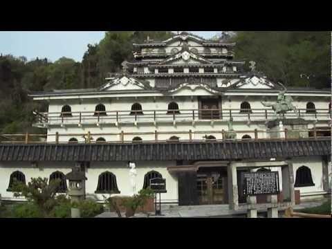 SAWAYAMA Castle有名な佐和山ー個人で建てられた石田三成・佐和山城  The castle was built by the famous private museum  地図上では佐和山美術館。無料で入れます。JR彦根駅を米原駅方向に進み、米原駅方向の右手に目立つ建物があるので  見に行きました。それが佐和山遊園。別館として石田三成の佐和山城があります。  ウィキペデイアによると1976年から建築ですから  35年経っているわけですよね。他の方のブログと違うのは  石田三成の絵年表部分は絵がなくなっています。    近所の方に、山田が聞くと、この遊園の持ち主の方は遊園  の下に大きな建物があり、そこにお住まいとの事。  まだ2棟ほど建築中ではあります。    ヤフー地図には佐和山美術館とあります...
