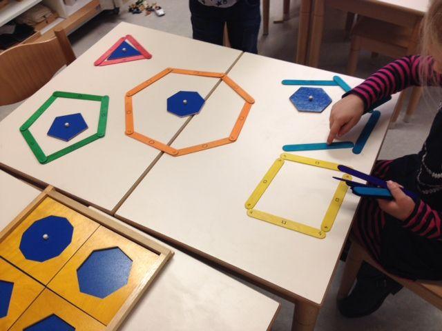 met ijslollystokjes geometrische vormen maken! stokjes op kleur en met figuur+ cijfer erop.