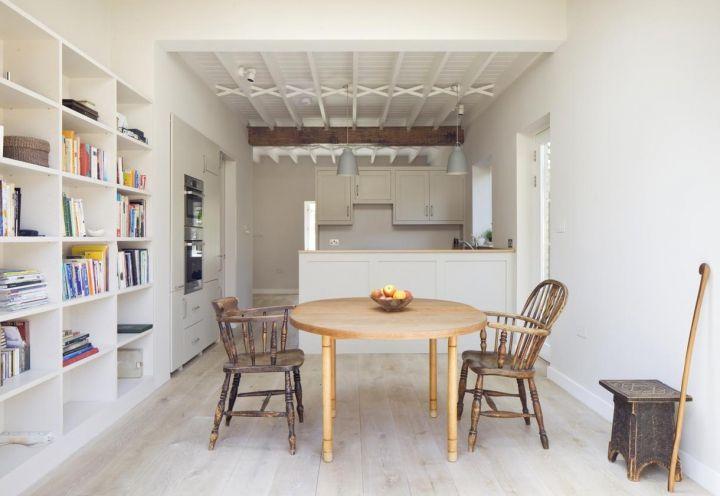 Cucina a pianta aperta con sala da pranzo comunicante per la villetta londinese disegnata dallo studio Sam Tisdall Architecst per una coppia di professionisti