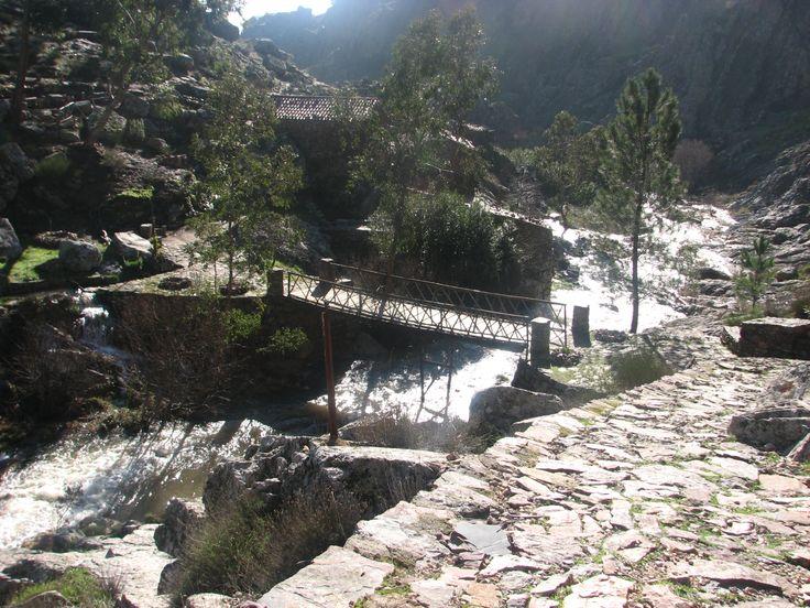 Paseo junto al Río Ponsul en la Ruta de los Fósiles. Los aficionados al rappel y el alpinismo podrán hacer sus entramientos aquí pues tienen abiertas algunas vías.