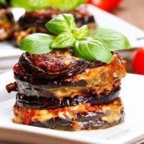 Machtig (dus voor de grote trek) maar oh zo lekker ovengerecht. 1 bosje verse basilicum 1/2 bosje verse oregano olijfolie zout, peper klein blikje tomatenpuree blik tomatenblokjes (800 gr) 250 gr mozzarella 50 gr pecorino