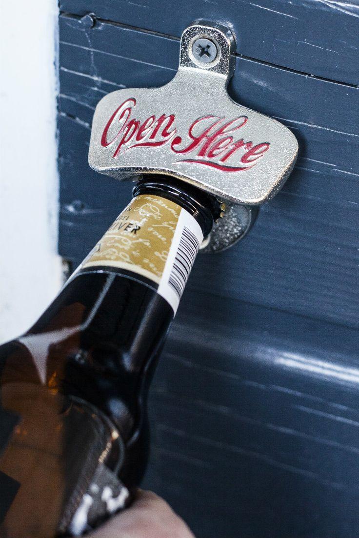 Retro bieropener voor aan de muur van Iggi. Zilverkleurige bieropener met in rode letters 'Open Here'. Retro design. Raak nooit meer je bieropener kwijt met deze aan de muur hangende retro flesopener. Geschikt voor binnen en buiten. Maak je flesje met kroonkurk in één handomdraai open. Inclusief twee schroeven om de vintage flesopener aan de muur te bevestigen.