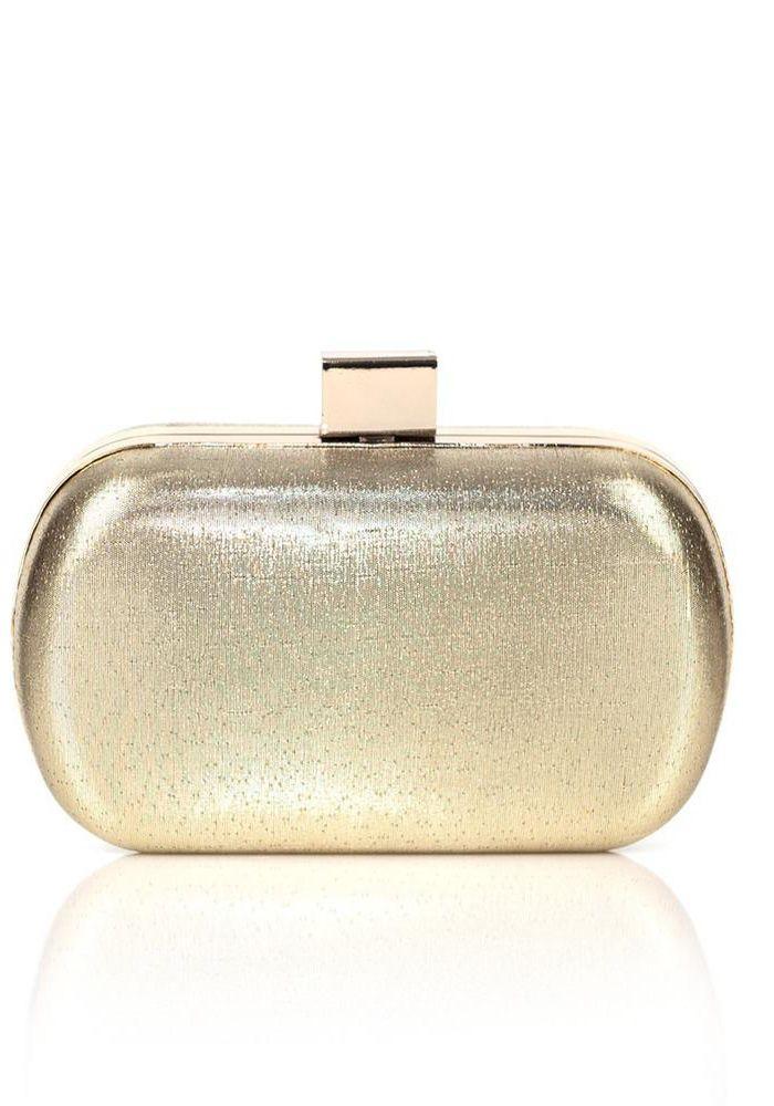 Τσαντάκι clutch με χρυσό μέταλλο και εντυπωσιακό κούμπωμα. Κατάλληλο για εξαιρετικές βραδινές εμφανίσεις. Το τσαντάκι μπορεί να κρεμαστεί από την αλυσίδα του, ή να κρατηθεί στα χέρια. Είναι μια glamour επιλογή για τα βραδινά outfits σας.  Διαστάσεις Υ. 10cm - Μ. 16cm
