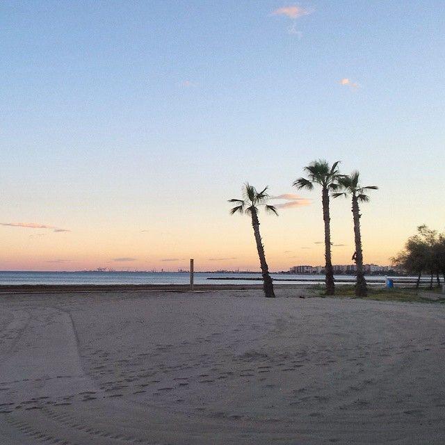 #Bonito #atardecer en #Benicàssim. #Palmeras #BenicassimParaiso #Benicassim #Paraiso #playa #sol #sunset #Benilovers #turismo #paisaje #colores #maravilla #Castellón #Valencia #Mediterrani