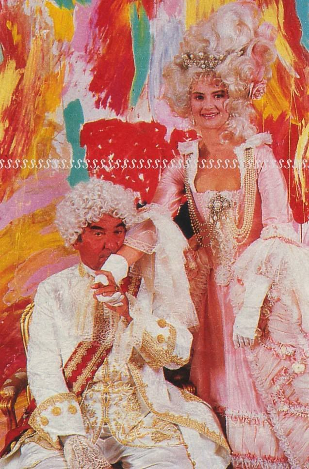 Another image from Prince Johannes 60th birthday bash. However, the pearl tiara, and many other pieces were sold to cover death duties after his death. in 1992 the tiara fetched DM 935,000, and the buyer was none other than 'Amis de Louvre'.