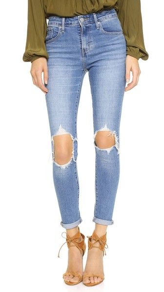¡Consigue este tipo de vaquero skinny de Levi's ahora! Haz clic para ver los detalles. Envíos gratis a toda España. Levi's 721 High Rise Distressed Skinny Jeans: Raw holes and heavy fading lend a favorite-pair feel to these high-rise Levi's skinny jeans. 5-pocket styling. Button closure and zip fly. Fabric: Low-stretch denim. 99% cotton/1% elastane. Wash cold. Imported, China. Measurements Rise: 9.75in / 24.5cm Inseam: 28.25in / 72cm Leg opening: 10.25in / 26cm Measurements from size 27…