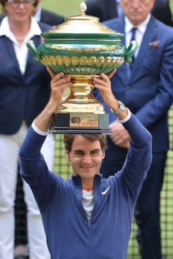 男子テニス、ゲリー・ウェバー・オープン(Gerry Weber Open 2014)、シングルス決勝。優勝を果たしトロフィーを掲げるロジャー・フェデラー(Roger Federer、2014年6月15日撮影)。(c)AFP=時事/AFPBB News