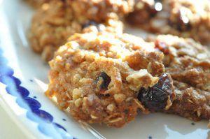 Verdens nemmeste cookies med havregryn - og lækkert fyld efter eget valg. Dagenes variant er med tørret tranebær - små lækkerbiskener - klar på et kvarter.