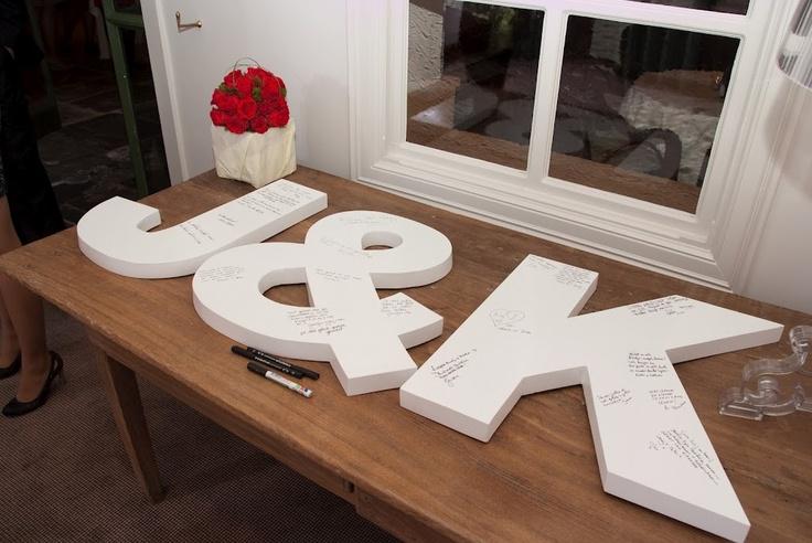 Leuk alternatief voor je gastenboek. Na de bruiloft staat dit natuurlijk erg leuk aan de muur.