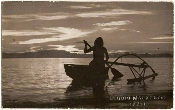 vahine en pirogue au coucher de soleil carte postale photo studio mackenzie tahiti vers 1950. Black Bedroom Furniture Sets. Home Design Ideas