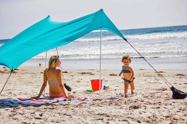 Neso Tents  UPF(衣類などの紫外線保護係数)は最高値の50+で、もちろんウォータープルーフ。  また簡単な構造ながら、多少の悪天候にも耐えられる耐久性を持っている。  重さも3.92ポンド(約1.8kg)ほどでキャリーケースも付属しているので、女性でも簡単に持ち運びができる。