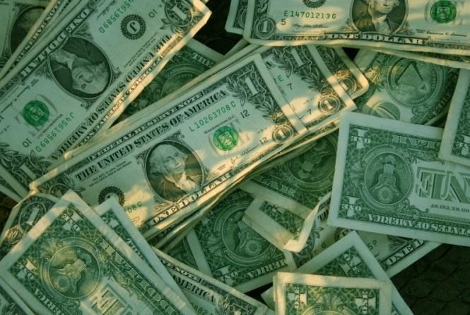 São Paulo - A Ford pretende reciclar as notas de dólares antigas que são descartadas nos Estados Unidos da América. O objetivo é produzir tecidos, assentos e outros equipamentos de carros.