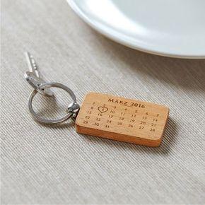 Der Tag, an dem man sich kennenlernt: Das ist für jedes Paar ein besonderes Datum. Unser Holz - Schlüsselanhänger mit Gravur - Kalender - Personalisiert erinnert daran - inklusive romantischem Spruch auf der Rückseite.