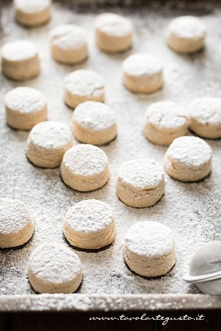 Spolverizzare i Polvorones di zucchero a velo - Ricetta Polvorones