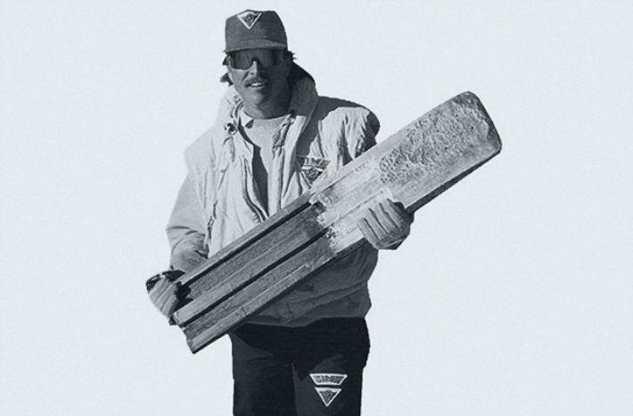 """È morto pochi giorni fa l'uomo che ha inventato la disciplina e lo strumento dello snowboard. Tom Sims era uno skater professionista che però, raccontava, """"aveva paura di andare con lo skate sulle strade ghiacciate"""". E proprio da questa sua paura è nato l'oggetto che oggi è imprescindibile per molti di noi: lo snowboard. Sims aveva ideato il prototipo dello snowboard per una ricerca scolastica quando aveva solo 12 anni."""